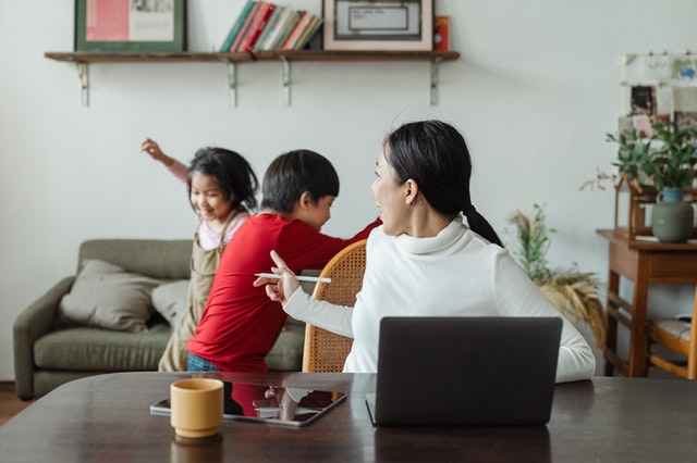 Minimizing distractions while working from home is one way freelancers can stay organized.