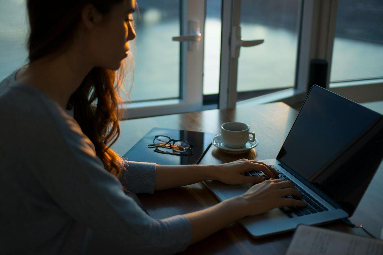 Woman who enjoys working as a freelancer