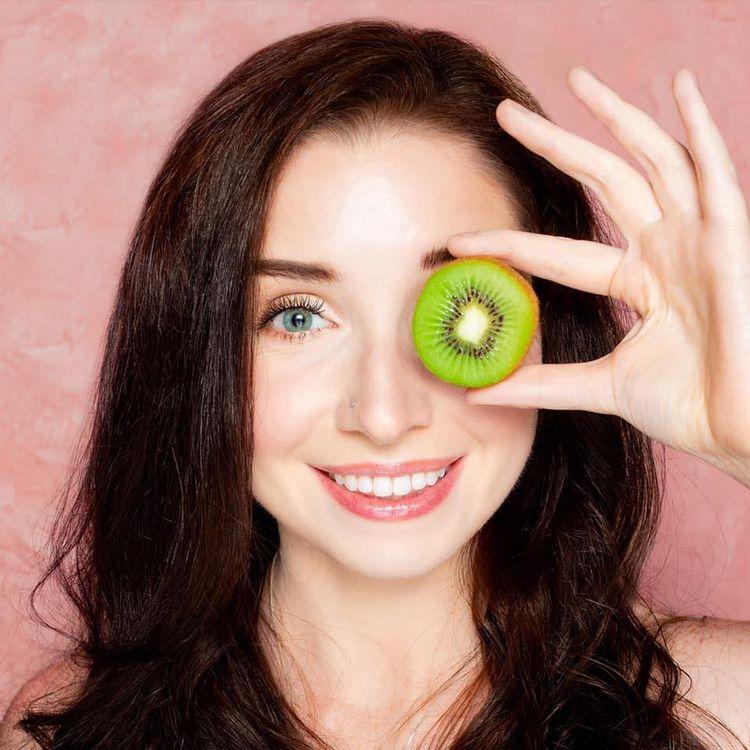 Lindsey Moss with kiwi over one eye