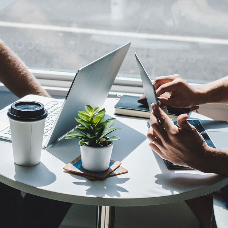 Freelancers discuss how to draw up freelance contacts