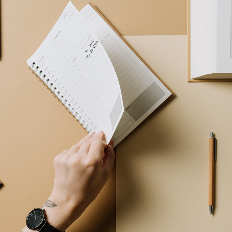 Freelancer setting and managing their priorities in a weekly planner