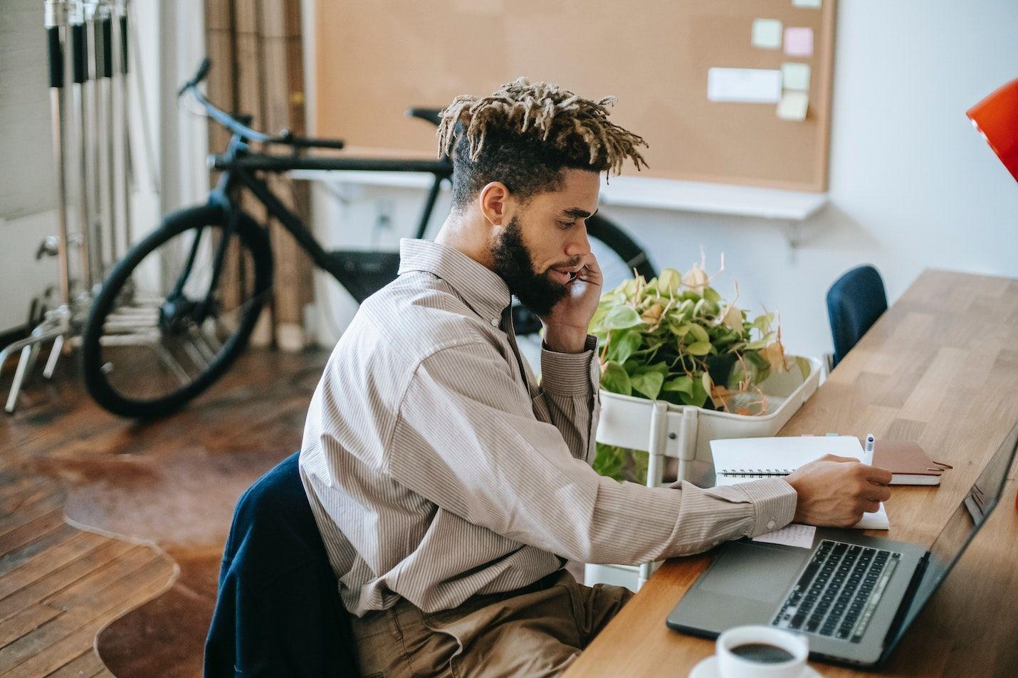 Freelancer successfully managing his project and keeping his client up-to-date